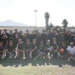 El equipo visitante con los Earthquakes de SQ en la cancha de fútbol de San Quentin