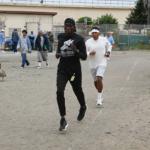Fidelio Marin corriendo detrás de Markelle Taylor