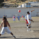 José Meléndez elevándose en un intento desesperado para anotar un gol